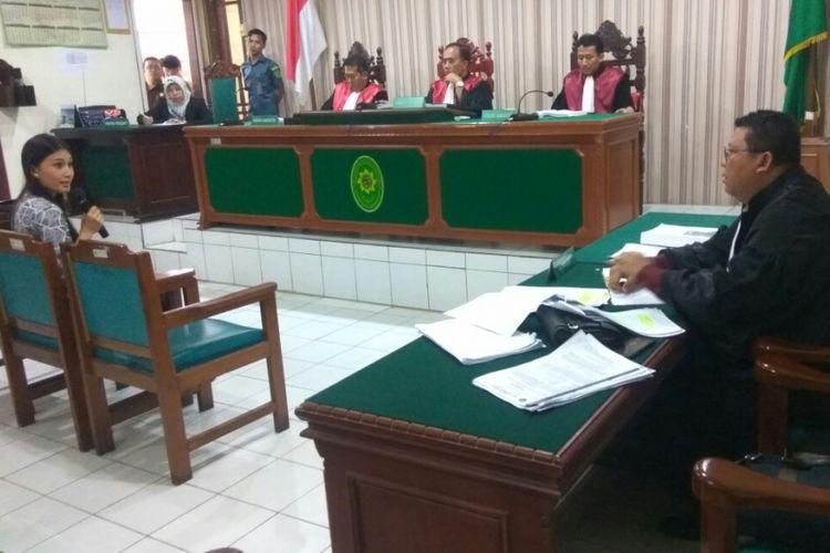 Pramugari Lion Air, Cindy Veronika Muaya saat memberikan kesaksian dalam sidang di PN Mempawah, Kalimantan Barat (10/9/2018)