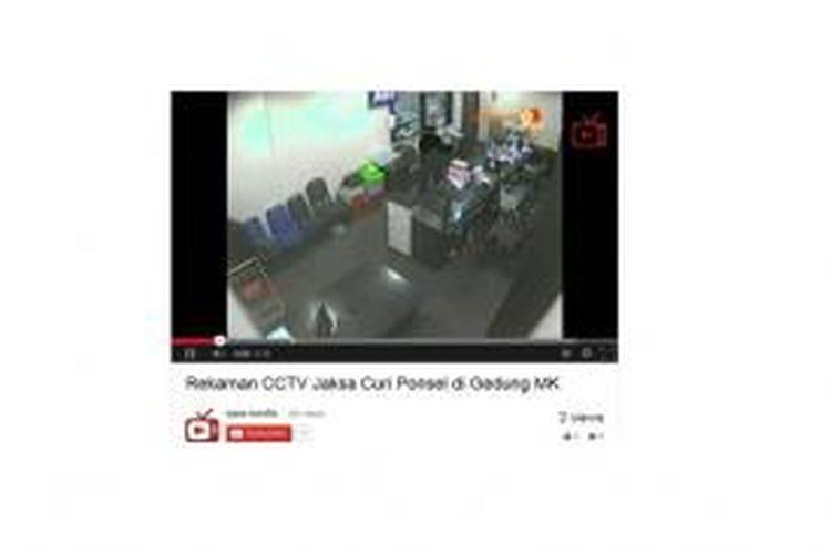 Rekaman CCTV saat petugas kejaksaan diduga mencuri smartphone seorang pegawai MK, Rabu (11/9/2013), diunggah di Youtube.