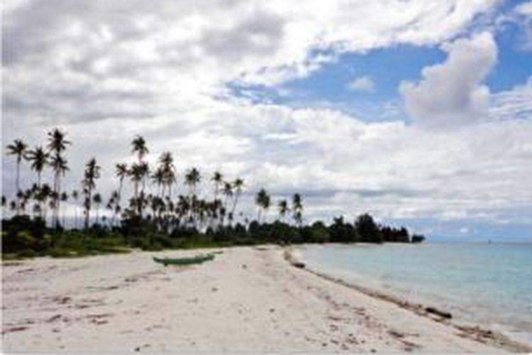 Hamparan pasir putih di barat daya Namlea, Pulau Buru.