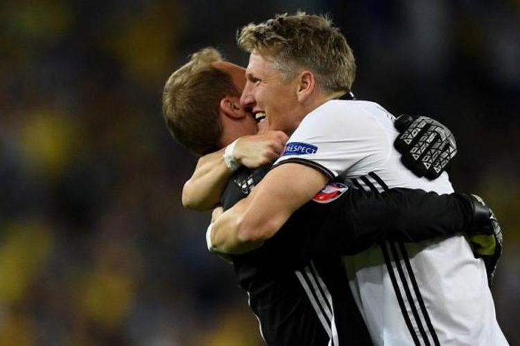 Bastian Schweinsteiger (kanan) memeluk Manuel Neuer setelah mencetak gol Jerman ke gawang Ukraina pada partai fase grup Piala Eropa di Stadion Pierre Mauroy, 12 Juni 2016.