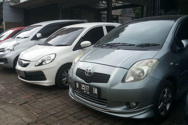 Deretan mobil bekas yang dijual di diler Kara Mobil, Jalan Margonda, Depok, Selasa (13/2/2018).