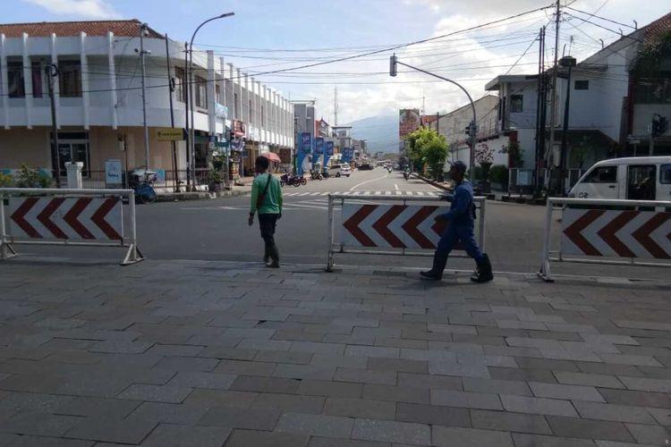 Kota Tasikmalaya menerapkan karantina wilayah parsial dengan mengaktifkan 8 pos karantina perbatasan dan menutup beberapa ruas jalan protokol untuk mencegah pandemi corona selama sebulan penuh dimulai sejak Selasa (31/3/2020) hari ini.