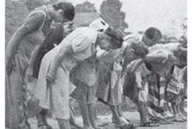 Rakyat Indonesia sedang melakukan seikerei. Seikerei adalah penghormatan setiap pagi pada Tenno Heika (Kaisar Jepang) dengan cara membungkuk ke arah Tokyo.