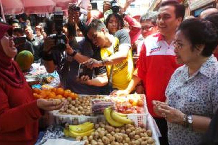 Ketua Umum DPP PDI Perjuangan Megawati Soekarnoputri saat menyapa pedagang di Pasar 16 Ilir Palembang, Jumat (28/3/2014).