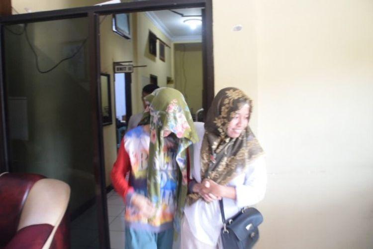 Satuan Reskrim Polres Baubau, Sulawesi Tenggara, membawa pelaku ibu yang membunuh bayinya inisial MF (21) di Kabupaten Buton Tengah, Sulawesi Tenggara, ke Rumah Sakit Jiwa di Kendari, Kamis (27/2/2020) siang.