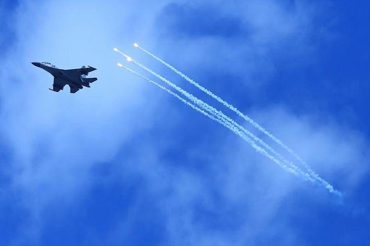 Pesawat Sukhoi TNI AU  mengikuti Latihan Puncak Komando Operasi Angkatan Udara II Sikatan Daya 2020, di AWR Pandanwangi Lumajang, Jawa Timur, Selasa (29/9/2020). Latihan tersebut bertujuan untuk  melatih dan meningkatkan kemampuan personel dalam memahami  penggunaan alat utama sistem persenjataan udara dalam sebuah operasi udara.