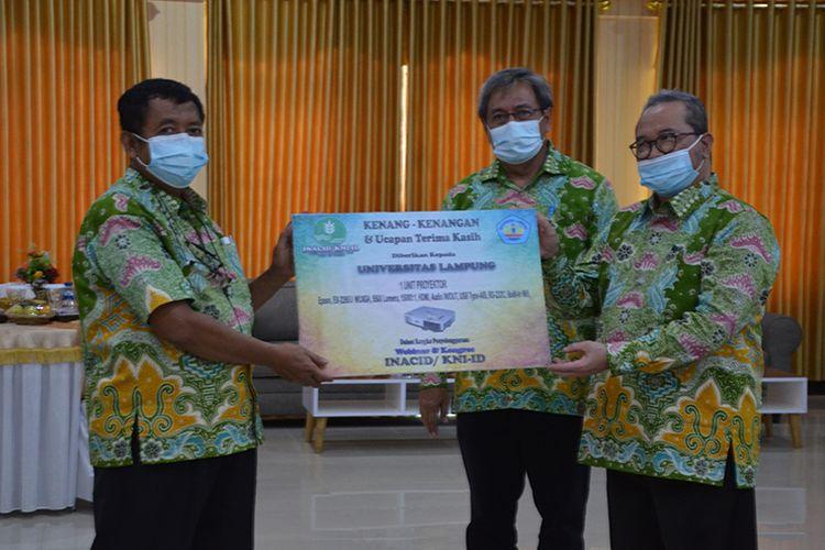 Penyerahan apresiasi kepada pihak Universitas Lampung