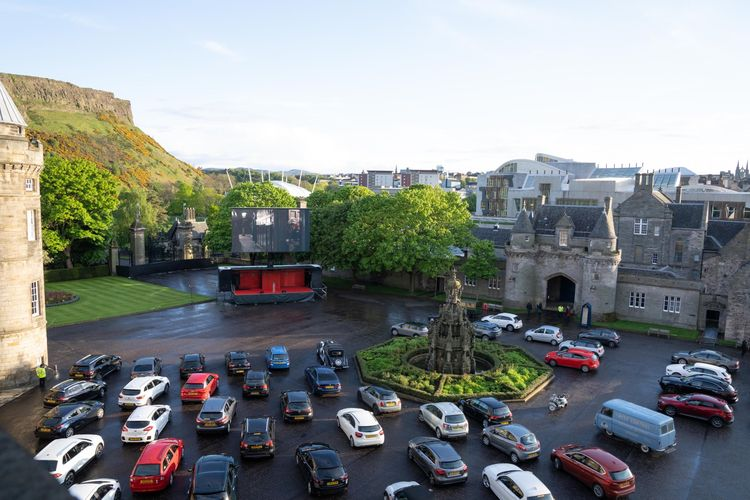Acara nonton drive-in bersama staf NHS di Istana Holyroodhouse, Skotlandia.