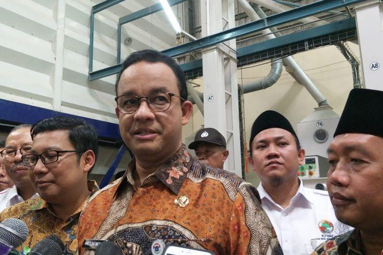 Gubernur DKI Jakarta Anies Baswedan di Gudang SRG Kompleks Pasar Induk Beras Cipinang, Jakarta Timur, Kamis (20/12/2018).