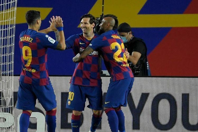 Lionel Messi (tengah) merayakan golnya bersama Arturo Vidal (kanan) dan Luis Suarez (kiri) pada laga Barcelona vs Leganes di Stadion Camp Nou dalam lanjutan pekan ke-29 LaLiga, kasta teratas Liga Spanyol, Selasa 16 Juni 2020.