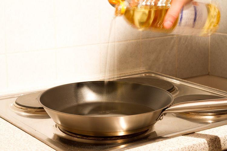 Ilustrasi pakai minyak panas untuk menggoreng donat.