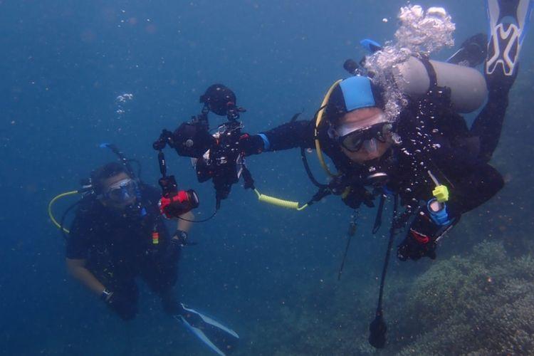 Penyelam memotret biota laut di Pulau Pramuka, Kepulauan Seribu.