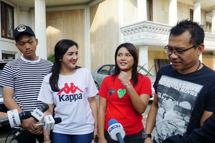 Musisi Anang Hermansyah bersama sang istri, Ashanty dan kedua anaknya, Aurel Hermansyah dan Azriel Hermansyah sebelum berangkat ke TPS di kediamannya di kawasan Cinere Mas, Cinere, Depok, Jawa Barat, Rabu (17/4/2019).