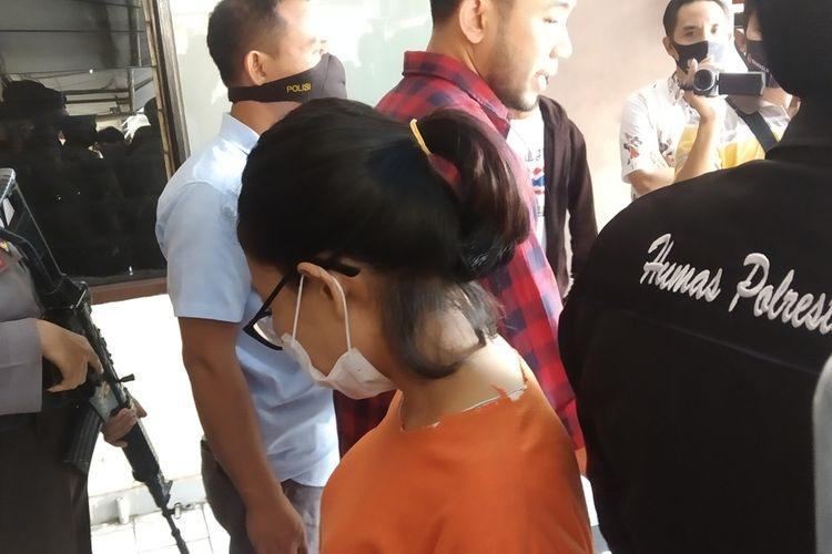 pelaku investasi Bodong emsk caca saat jumpa pers di Polresta Mataram