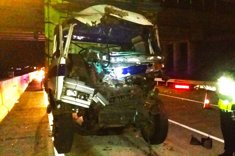 Truk fuso yang ringsek pada bagian depan usai terlibat tabrakan dengan truk tronton di ruas tl Ngawi. Kecelakaan terjadi karean sopir truk Fuso dalam keadan mengantuk.