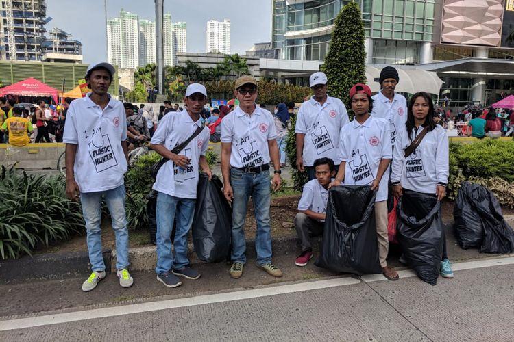 Para pemulung yang tergabung dalam Ikatan Pemulung Indonesia (IPI)  melakukan pemungutan sampah plastik di lokasi CFD Bundaran HI, Jakarta Pusat pada Minggu (10/2/2019)