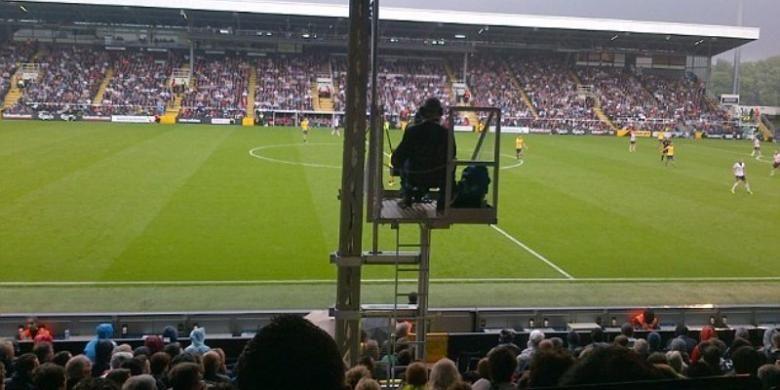 Foto yang diambil salah satu fans Fulham di Tribun Johnny Haynes Stadion Craven Cottage, London. Terlihat, pandangan para fans terhalang seorang kameramen televisi pada laga Fulham kontrak Arsenal, Sabtu (24/8/2013).