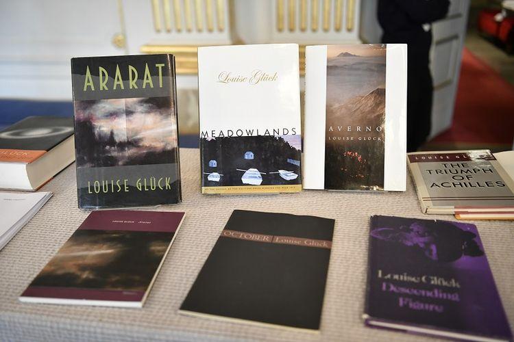 Buku-buku karya Louise Gluck dipajang saat pengumuman Hadiah Nobel 2020 bidang sastra, di Stockholm, Kamis 8 Oktober 2020. Penghargaan Nobel Sastra 2020 dianugerahkan kepada penyair Amerika Louise Gluck.