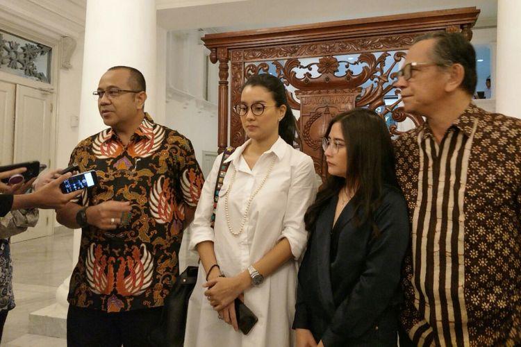 Ketua Parfi 56 Marcella Zaliantu, Prilly Latuconsina, Ray Sahetapi, dan Dirut PD Pasar Jaya Arief Nasrudin berbicara tentang bioskop rakyat di Balai Kota DKI Jakarta, Jumat (8/12/2017).