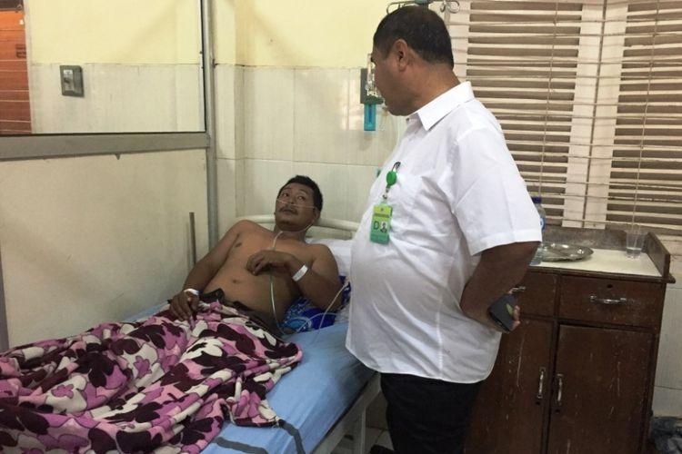 Salah satu warga Desa Kalianyar, Kecamatan Ijen, Kabupaten Bondowoso, Jawa Timur, yang terpapar gas beracun Gunung Ijen, sedang dirawat intensif di Rumah Sakit Daerah Koesnadi, Kamis (22/3/2018).