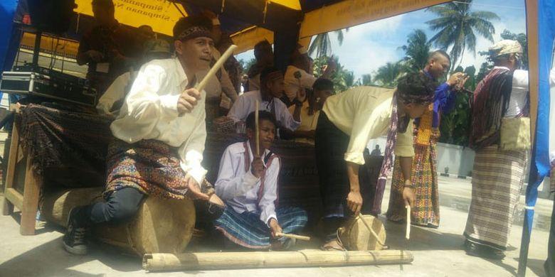 Alat musik tradisional Gong Waning dari Sanggar Budaya Bliran Sina dimainkan saat menyambut tamu di kantor Kopdit Pintu Air Maumere, Kabupaten Sikka, Nusa Tenggara Timur, Jumat (3/5/2019).