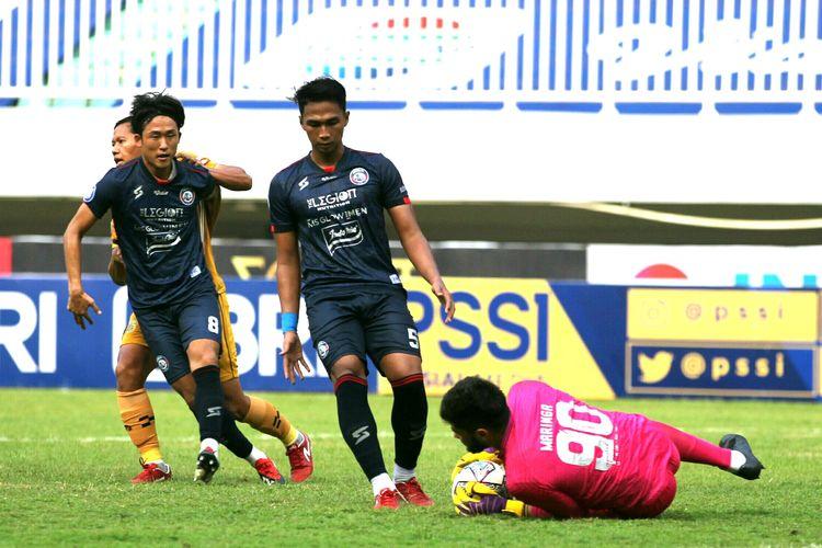 Pemain Arema FC Renshi Yamaguci dan Bagas Adi mengamankan bola yang langsung ditangkap penjaga kiper Adilson Maringa pada pekan 2 Liga 1 2021-2022 saat melawan Bhayangkara FC yang berakhir dengan skor 1-1 di Stadion Pakansari Bogor, Minggu (12/9/2021) sore.