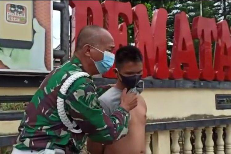 Foto: Serda Lili Muhammad Yusuf Ginting bersama anaknya, Teguh Syahputra Ginting (20) di halaman Mapolres Pematangsiantar, Jalan Sudirman, Senin (11/01/2021).