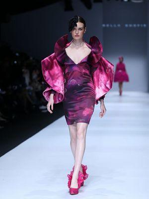 Koleksi busana rancangan Bella Shofie yang terinspirasi awan di pangging Jakarta Fashion Week 2020.