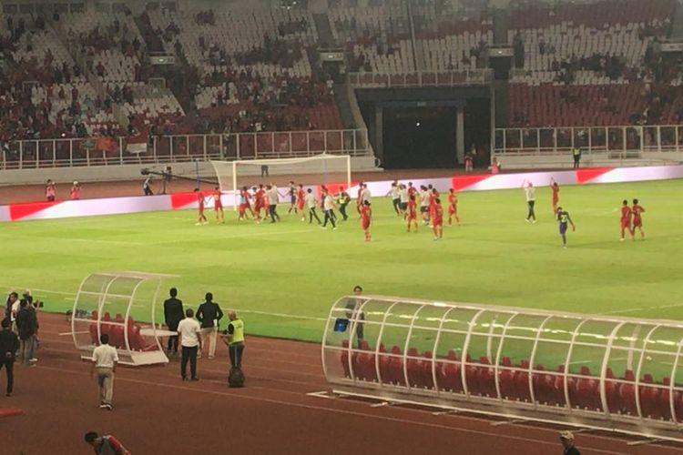 Para pemain timnas U-16 Indonesia memberikan membalas applause yang diberikan penonton usai bermain imbang 0-0 dengan China di laga terakhir kualifikasi Grup G, di Stadion Utama Gelora Bung Karno, Jakarta, Minggu (22/9/2019) malam.