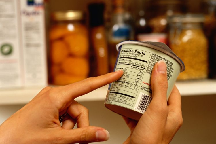 Ilustrasi membaca label makanan