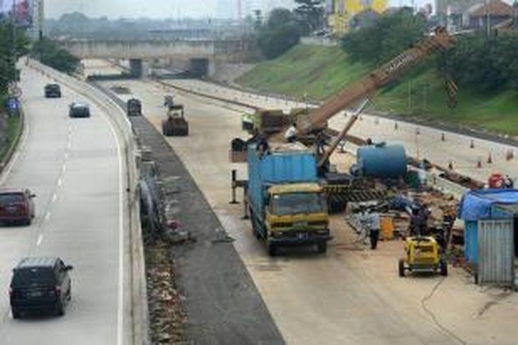 Sejumlah peralatan berat disiapkan untuk pembangunan jalan tol Cinere-Jagorawi (Cijago) tahap II sepanjang 6,5 kilometer