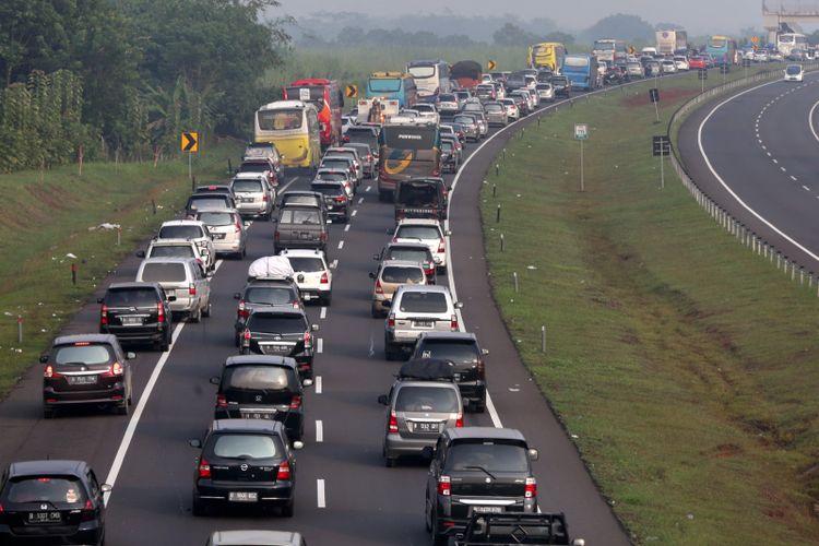 Kepadatan arus balik kendaraan mudik lebaran terlihat di Tol Cipularang-Palimanan menuju Jakarta, Jumat (30/6/2017). Kepadatan volume kendaraan terlihat di ruas jalan tol km 86 hingga km 138. KOMPAS IMAGES/KRISTIANTO PURNOMO