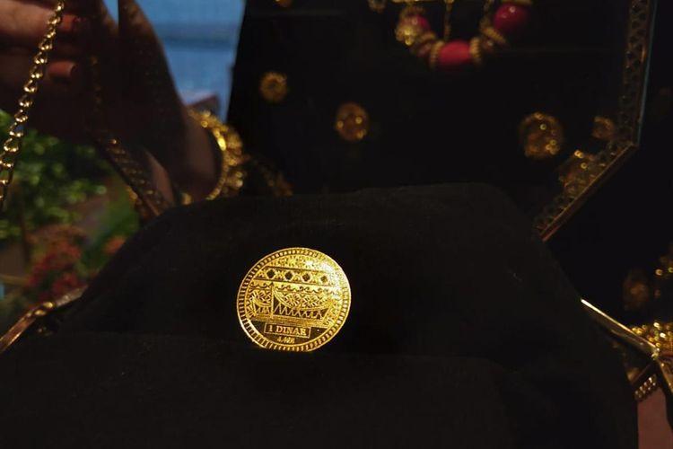 Koin emas dinar bermotif Padang dan Lombok