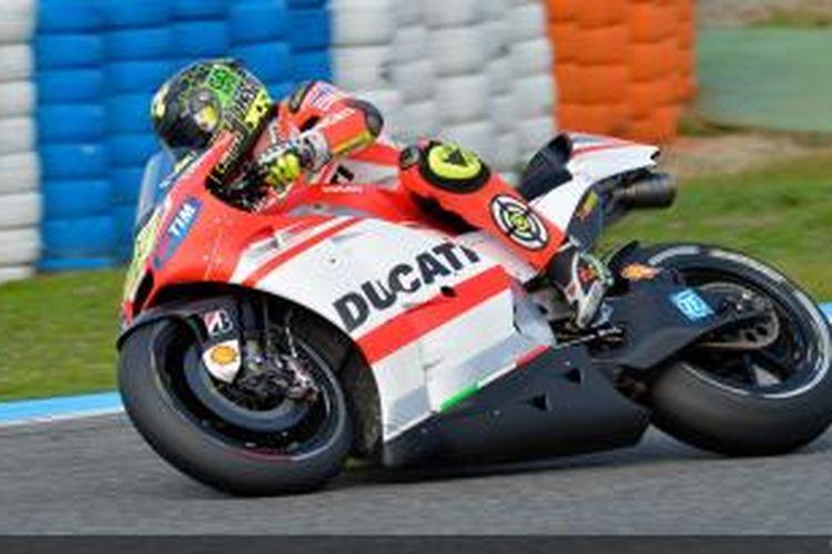 Pebalap Ducati, Andrea Iannone, memacu motornya pada sesi uji coba di Sirkuit Jerez, Spanyol.