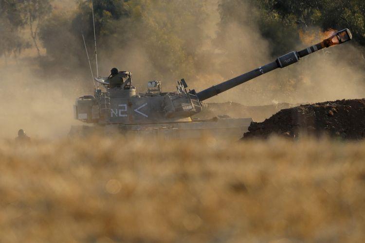 Sebuah unit artileri Israel menembakkan amunisi mereka ke target di Gaza, pada 13 Mei 2021.