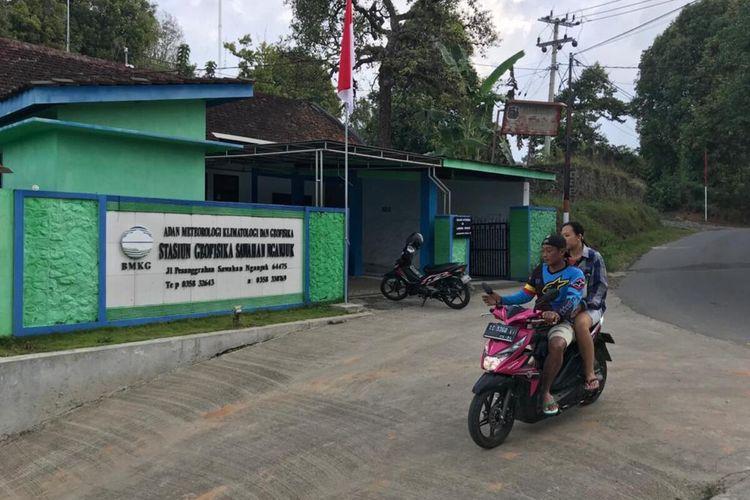 Warga melintas di depan Kantor Stasiun Geofisika Kelas III BMKG Sawahan-Nganjuk