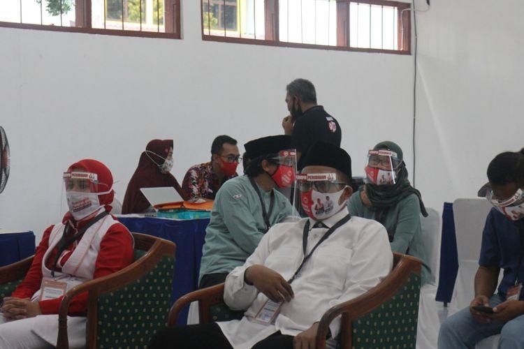 Wakil Bupati Jember Abdul Muqiet Arif (belakang) saat berada di ruangan khusus paslon dan tim paslon KPU Jember