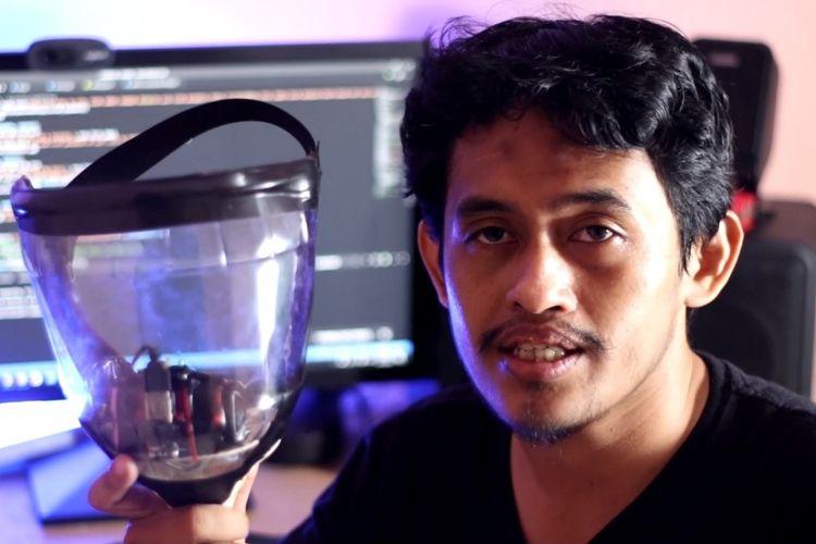 Dosen Fakutas Teknik Universitas Jenderal Soedirman (Unsoed) Purwokerto, Jawa Tengah, Bangun Wijayanto, menciptakan masker pintar Iron Man.