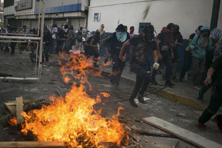 Bentrokan terjadi pada Hari Buruh atau May Day di Caracas, Venezuela, Rabu (1/5/2019). (AFP/CRISTIAN HERNANDEZ)