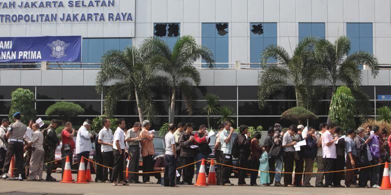 Antrean warga yang hendak mengurus perpanjangan Surat Tanda Nomor Kendaraan di bus pelayanan STNK keliling di Polda Metro Jaya, JAkarta Selatan, Kamis (19/5/2011). Penggunaan bus keliling tersebut dilakukan setelah lantai 3 kantor Samsat Jakarta Selatan di komplek Polda Metro Jaya terbakar.
