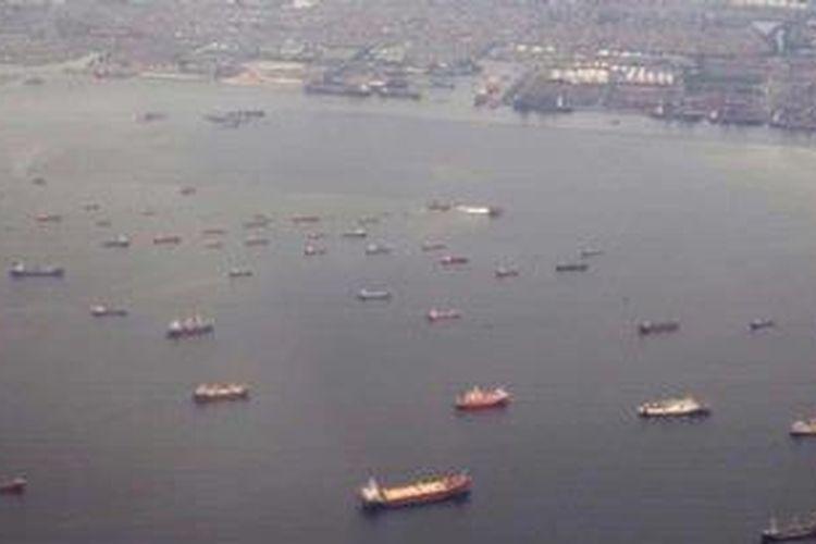 Aktivitas puluhan kapal laut menunggu bongkar muat di Pelabuhan Tanjung Priok di Teluk Jakarta, Senin (3/6/2013).