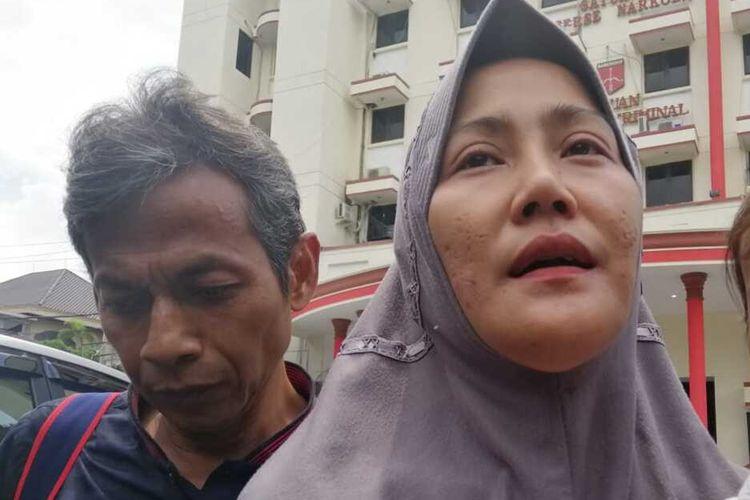Zikria Dzatil, tersangka Penghina Wali Kota Surabaya Tri Rismaharini dijemput suaminya Daru Asmara Jaya, usai dibebaskan setelah penangguhan penahanannya dikabulkan penyidik Polrestabes Surabaya, Senin (17/2/2020).