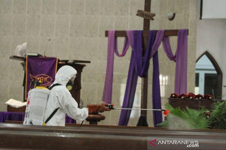 Petugas PMI melakukan penyemprotan cairan disinfektan di GPIB Immanuel, Depok, Jawa Barat, Selasa (17/3/2020).