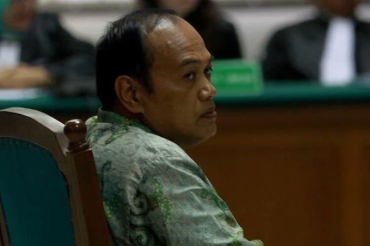 Trdakwa dugaan korupsi dan pencucian uang proyek simulator ujian memperoleh surat izin mengemudi (SIM), Inspektur Jenderal Polisi Djoko Susilo menjalani sidang vonis di Pengadilan Khusus Tindak Pidana Korupsi, Jakarta, Selasa (3/9/2013). Ia dijatuhi hukuman 10 tahun penjara, denda Rp. 500 juta, subsider enam bulan kurungan penjara. Ia menyatakan banding.