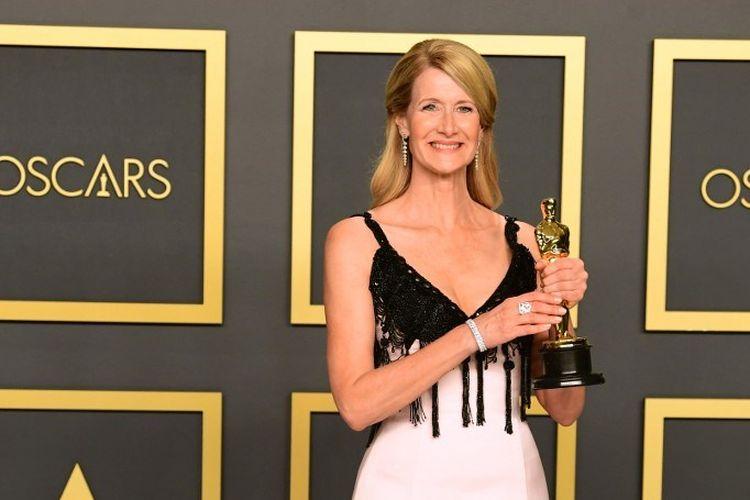 Aktris Laura Dern berpose dengan Piala Oscar Pemeran Pembantu Wanita Terbaik pada perhelatan Academy Awards 2020 di Dolby Theater, Hollywood, California, Minggu (9/2/2020).