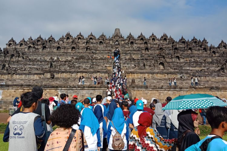 Candi Borobudur, Magelang, Jawa Tengah difoto dari kejauhan, saat dipenuhi wisatawan di musim liburan sekolah, Sabtu (10/3/2018).