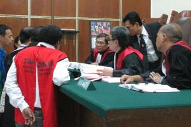 Hakim Pengadilan Negeri Jakarta Utara, Selasa (24/3/2015) kemarin, menjatuhkan hukuman kurungan penjara 5 tahun dipotong masa tahanan dan denda Rp 1 miliar subsider 6 bulan penjara kepada terdakwa pertama, Effendi Fabian. Fabian merupakan terdakwa kasus pencurian air milik PT PAM Lyonnaise Jaya (Palyja).