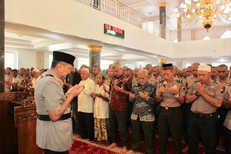Kapolda Jawa Tengah Irjen Pol Rycko Amelza Dahniel memimpin shalat ghaib atas wafatnya Maimoen Zubair di Masjid Al Istlah Sekolah Polisi Negara (SPN) Purwokerto, Jawa Tengah, Selasa (6/8/2019).