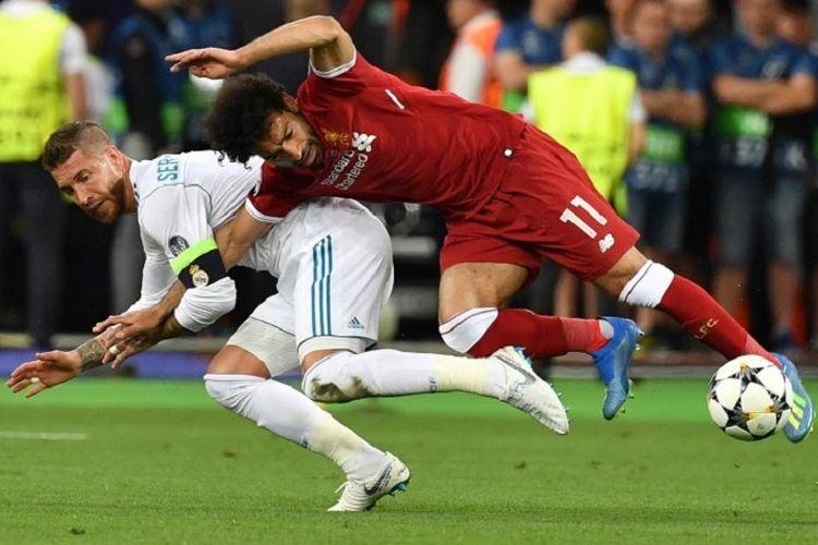 Mohamed Salah mengalami cedera saat berbenturan dengan Sergio Ramos pada final Liga Champions antara Real Madrid dan Liverpool di Kiev, 26 Mei 2018.