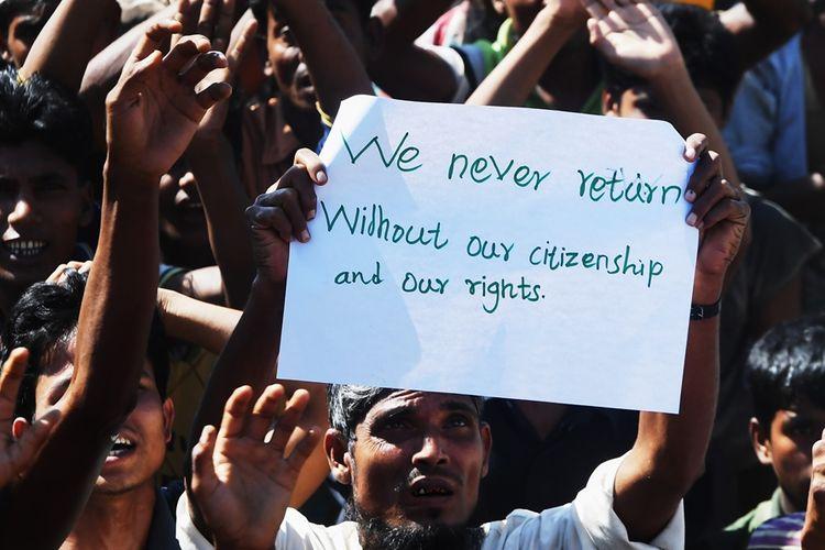 Warga pengungsi Rohingya menggelar aksi demonstrasi di dekat perbatasan Bangladesh, menolak rencana repatriasi ke Myanmar, Kamis (15/11/2018).